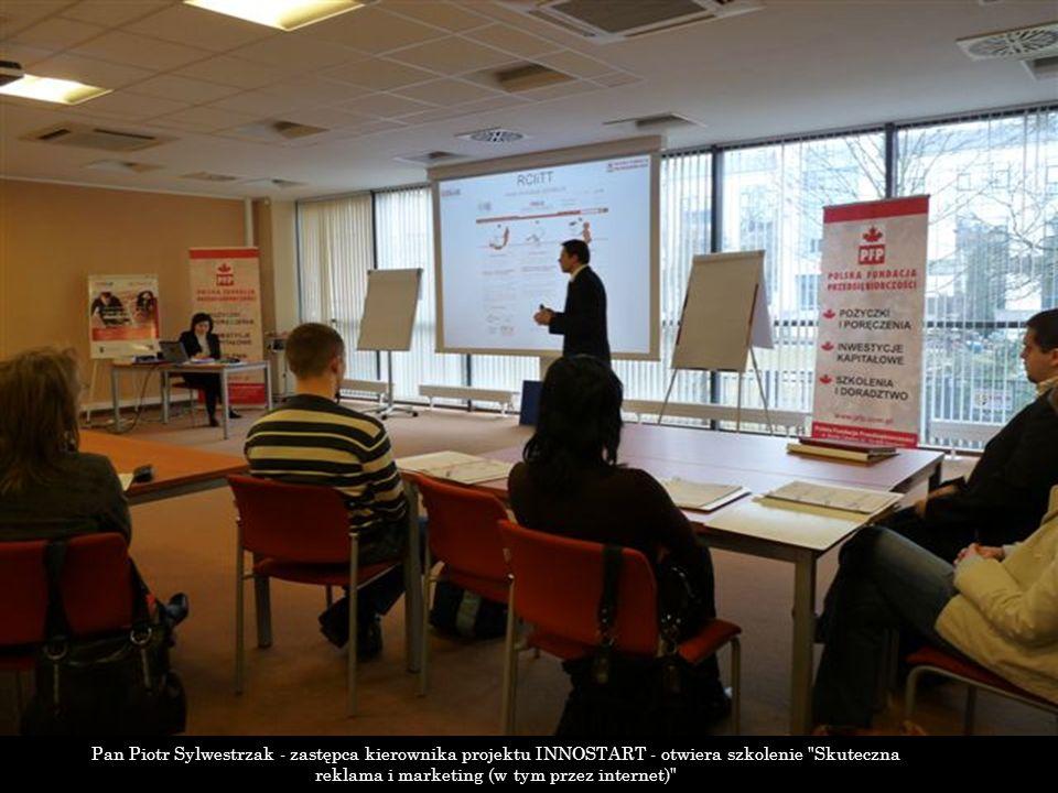 Pan Piotr Sylwestrzak - zastępca kierownika projektu INNOSTART - otwiera szkolenie Skuteczna reklama i marketing (w tym przez internet)