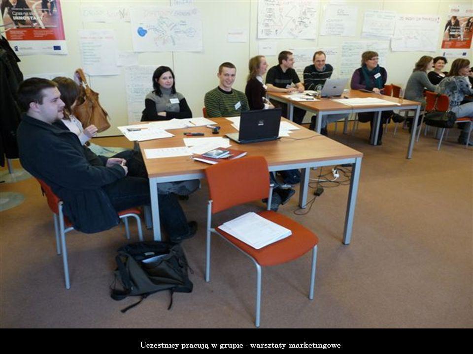 Uczestnicy pracują w grupie - warsztaty marketingowe