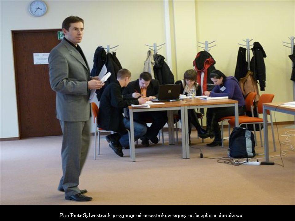 Pan Piotr Sylwestrzak przyjmuje od uczestników zapisy na bezpłatne doradztwo