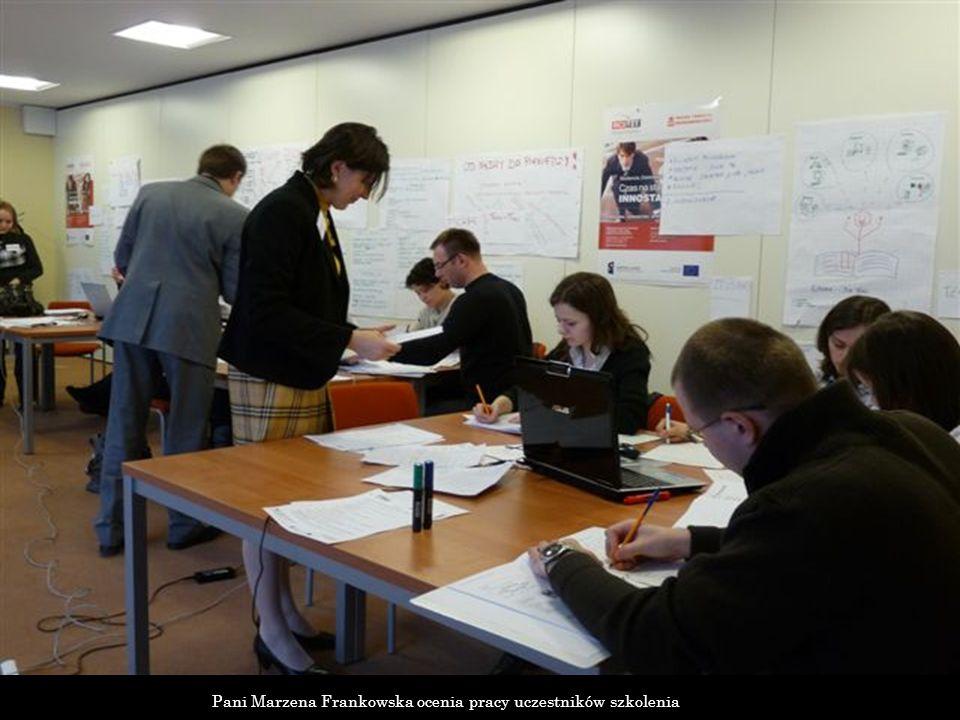 Pani Marzena Frankowska ocenia pracy uczestników szkolenia