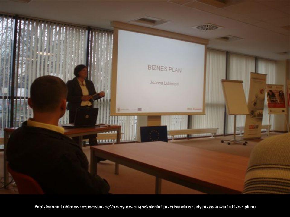 Pani Joanna Lubimow rozpoczyna część merytoryczną szkolenia i przedstawia zasady przygotowania biznesplanu