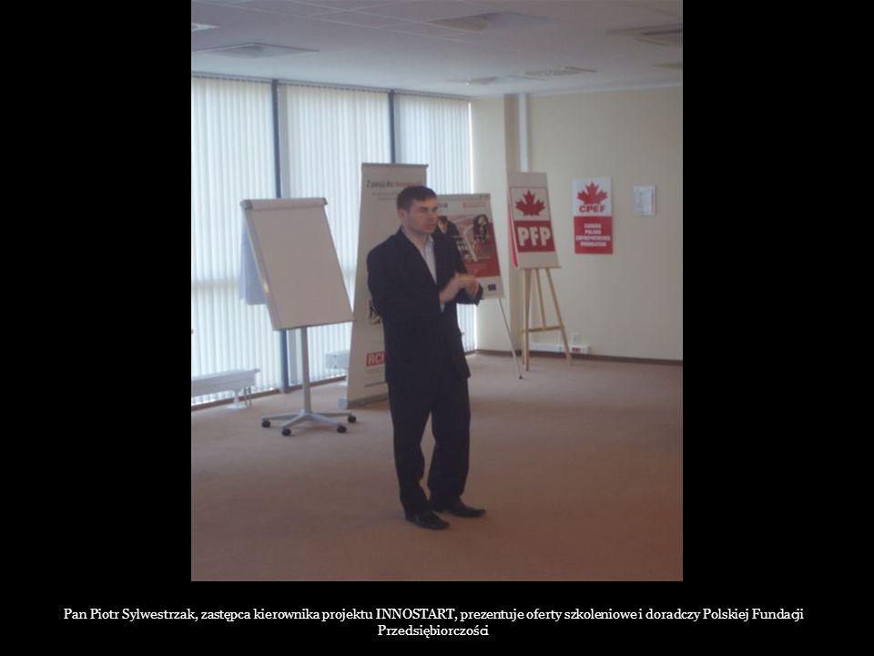 Pan Piotr Sylwestrzak, zastępca kierownika projektu INNOSTART, prezentuje oferty szkoleniowe i doradczy Polskiej Fundacji Przedsiębiorczości