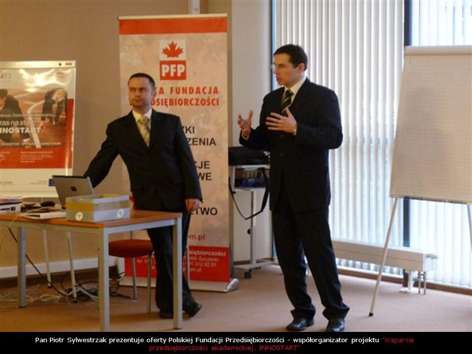 Pan Piotr Sylwestrzak prezentuje oferty Polskiej Fundacji Przedsiębiorczości - współorganizator projektu