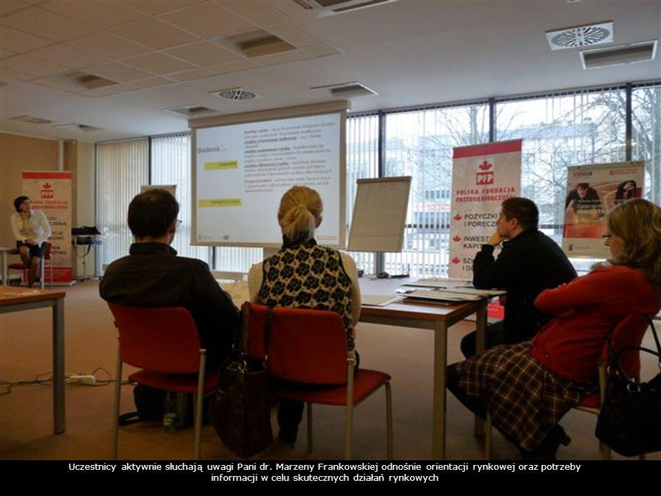 Uczestnicy aktywnie słuchają uwagi Pani dr. Marzeny Frankowskiej odnośnie orientacji rynkowej oraz potrzeby informacji w celu skutecznych działań rynk