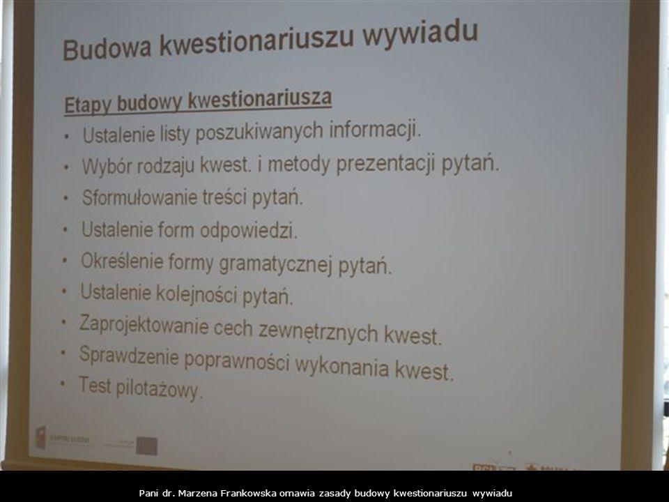 Pani dr. Marzena Frankowska omawia zasady budowy kwestionariuszu wywiadu