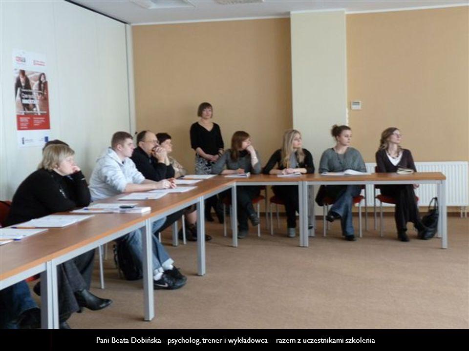 Pani Beata Dobińska - psycholog, trener i wykładowca - razem z uczestnikami szkolenia