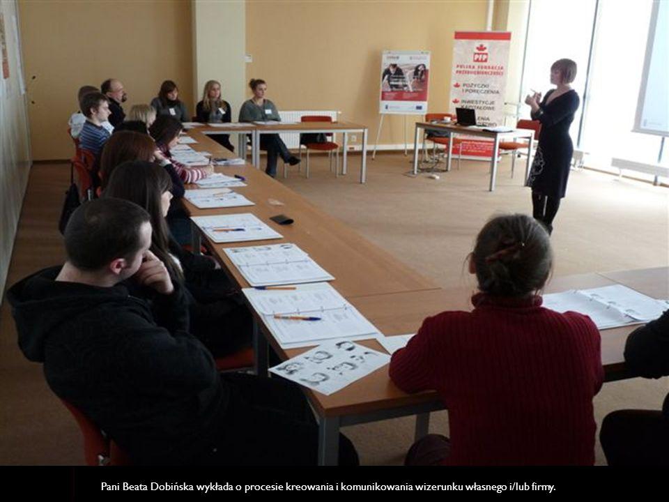 Pani Beata Dobińska wykłada o procesie kreowania i komunikowania wizerunku własnego i/lub firmy.
