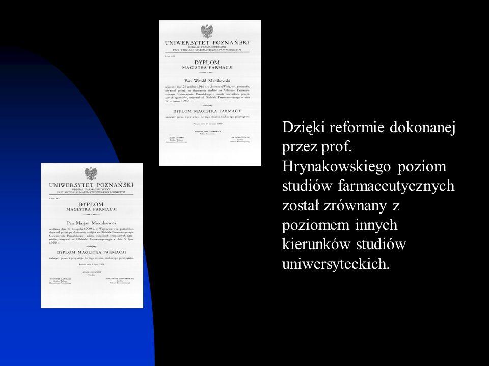 Dzięki reformie dokonanej przez prof. Hrynakowskiego poziom studiów farmaceutycznych został zrównany z poziomem innych kierunków studiów uniwersytecki