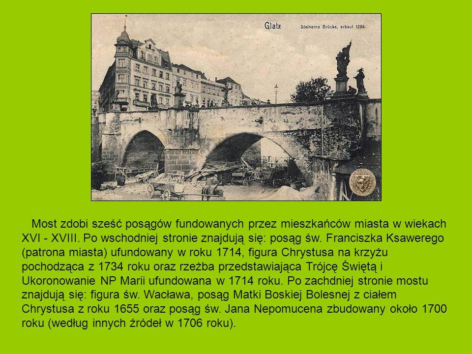 Most zdobi sześć posągów fundowanych przez mieszkańców miasta w wiekach XVI - XVIII. Po wschodniej stronie znajdują się: posąg św. Franciszka Ksawereg
