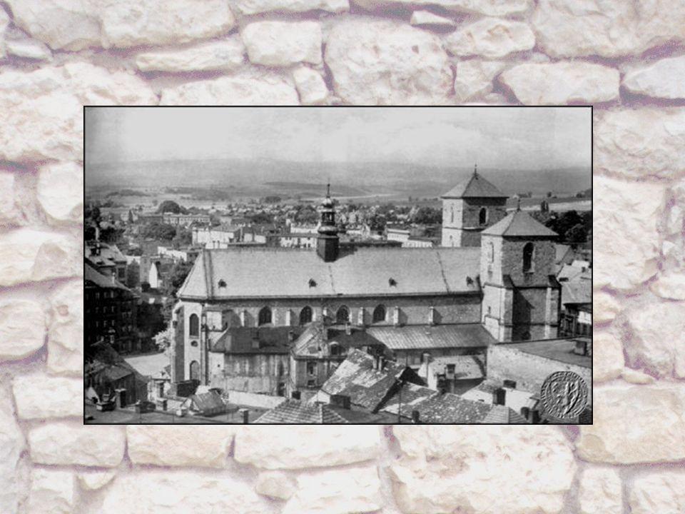 ~ Budowa wież kościoła ~ W 1462 roku rozpoczęto budowę południowej wieży, zwanej Białą.