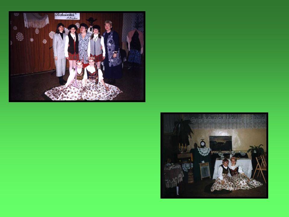 Wieczór śląski 17-04-1996 Pani Aniela Zieleźnik opowiada o stroju śląskim Zakończenie wizytacji szkoły w wesołej atmosferze wieczoru śląskiego Wizytator –mgr Barbara Pańczocha