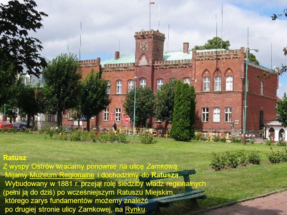 Ratusz Z wyspy Ostrów wracamy ponownie na ulicę Zamkową. Mijamy Muzeum Regionalne i dochodzimy do Ratusza. Wybudowany w 1881 r. przejął rolę siedziby