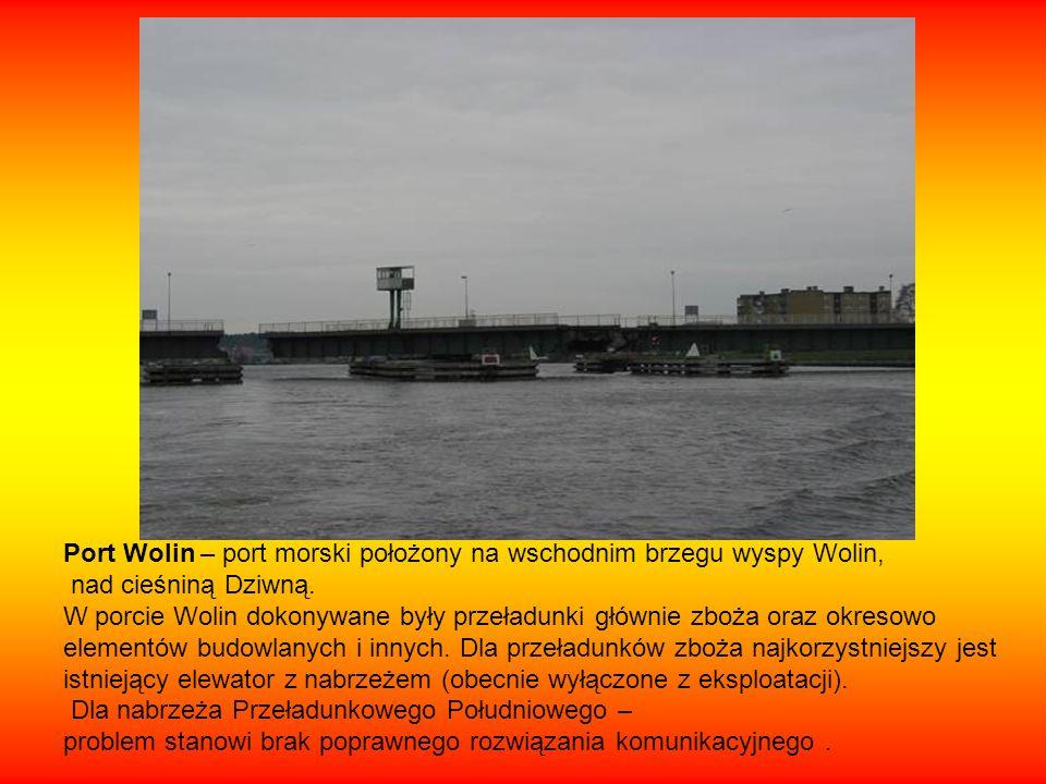 Cieśniną Dziwną przechodzi morski tor wodny łączący Zalew Kamieński z Zalewem Szczecińskim.