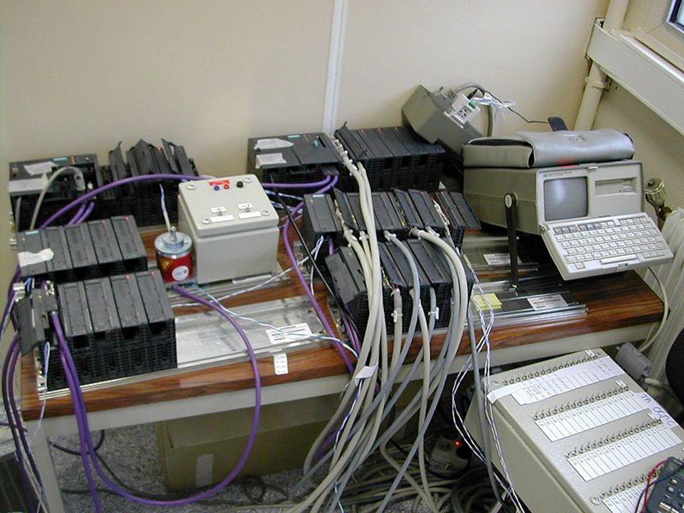 Poprzednikami sterowania programowalnego były z jednej strony sterowania programowane połączeniowo, których sposób działania był określany poprzez odpowiednie połączenia modułów logicznych, a z drugiej strony maszyny cyfrowe, przy pomocy których realizowano sterowania binarne z prostego poziomu obsługi.