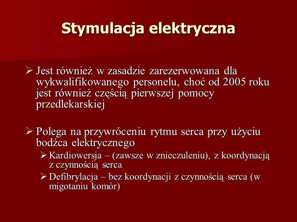 Stymulacja elektryczna Jest również w zasadzie zarezerwowana dla wykwalifikowanego personelu, choć od 2005 roku jest również częścią pierwszej pomocy przedlekarskiej Jest również w zasadzie zarezerwowana dla wykwalifikowanego personelu, choć od 2005 roku jest również częścią pierwszej pomocy przedlekarskiej Polega na przywróceniu rytmu serca przy użyciu bodźca elektrycznego Polega na przywróceniu rytmu serca przy użyciu bodźca elektrycznego Kardiowersja – (zawsze w znieczuleniu), z koordynacją z czynnością serca Kardiowersja – (zawsze w znieczuleniu), z koordynacją z czynnością serca Defibrylacja – bez koordynacji z czynnością serca (w migotaniu komór) Defibrylacja – bez koordynacji z czynnością serca (w migotaniu komór)
