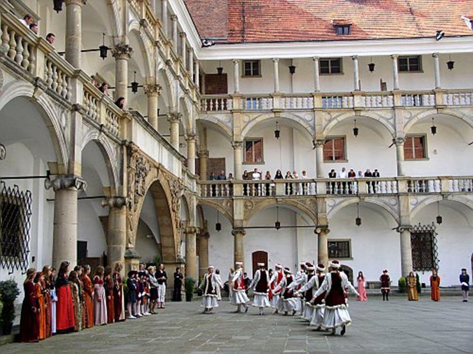W 1922 r. usunięto z zamku magazyny i przeprowadzono drobne konserwacje: zabezpieczono Bramę Wjazdową. W 1924r. założono tu Muzeum Miejskie. W 1945r.