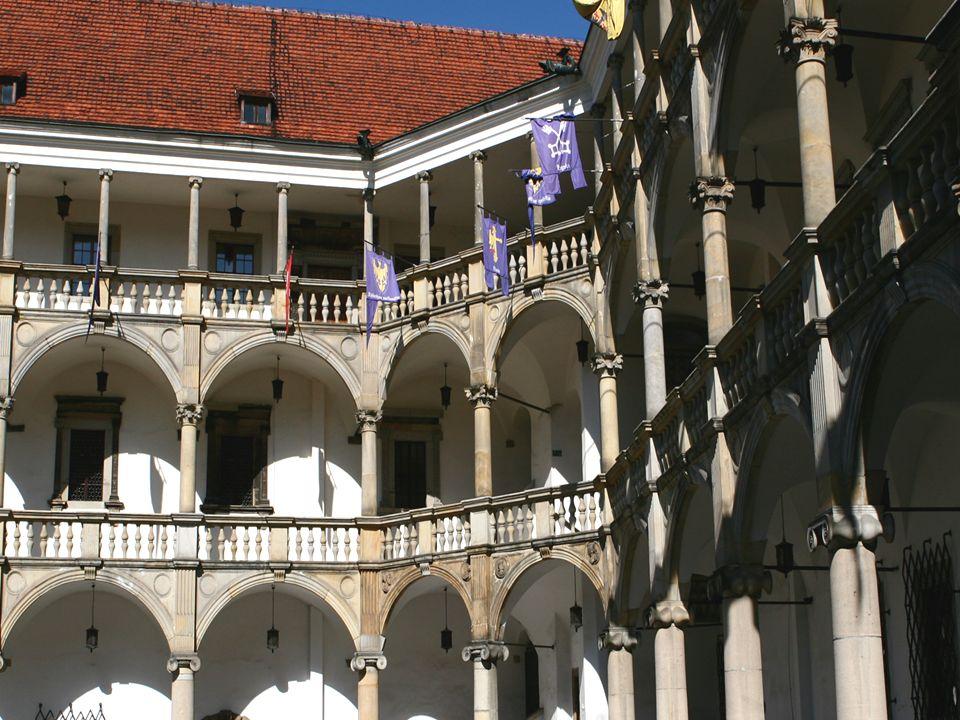 Zamek Piastów Śląskich - zwany Śląskim Wawelem - wzniesiony na miejscu gotyckiego zamku warownego. Obecny kształt nadała mu renesansowa przebudowa pro