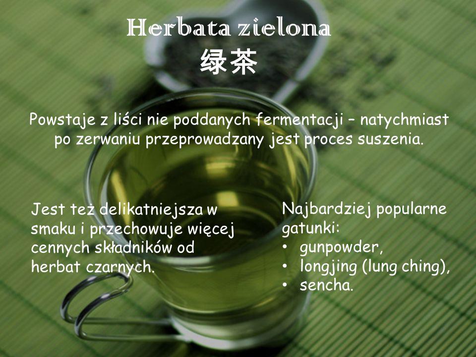 Herbata zielona Powstaje z liści nie poddanych fermentacji – natychmiast po zerwaniu przeprowadzany jest proces suszenia. Jest też delikatniejsza w sm
