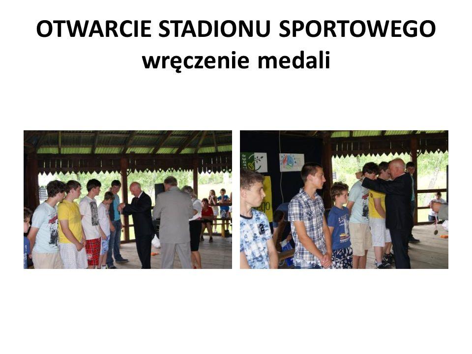 OTWARCIE STADIONU SPORTOWEGO wręczenie medali