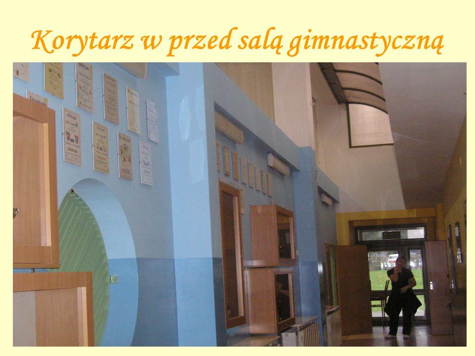 Sala gimnastyczna Uczniowie mają w szkole do dyspozycji piękną, pełnowymiarową salę gimnastyczną.