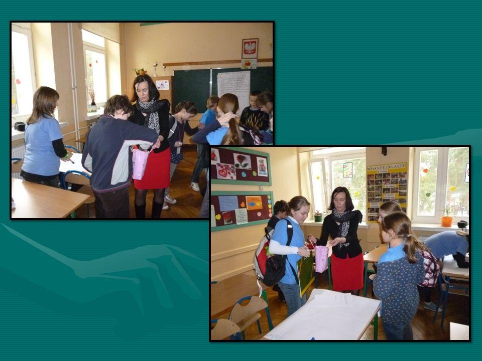 Przeprowadzone zajęcia miały formę warsztatów, w czasie których nauczyciel wychowawca oraz przedstawiciel MOPS-u spełniali funkcję organizatora i przewodnika.