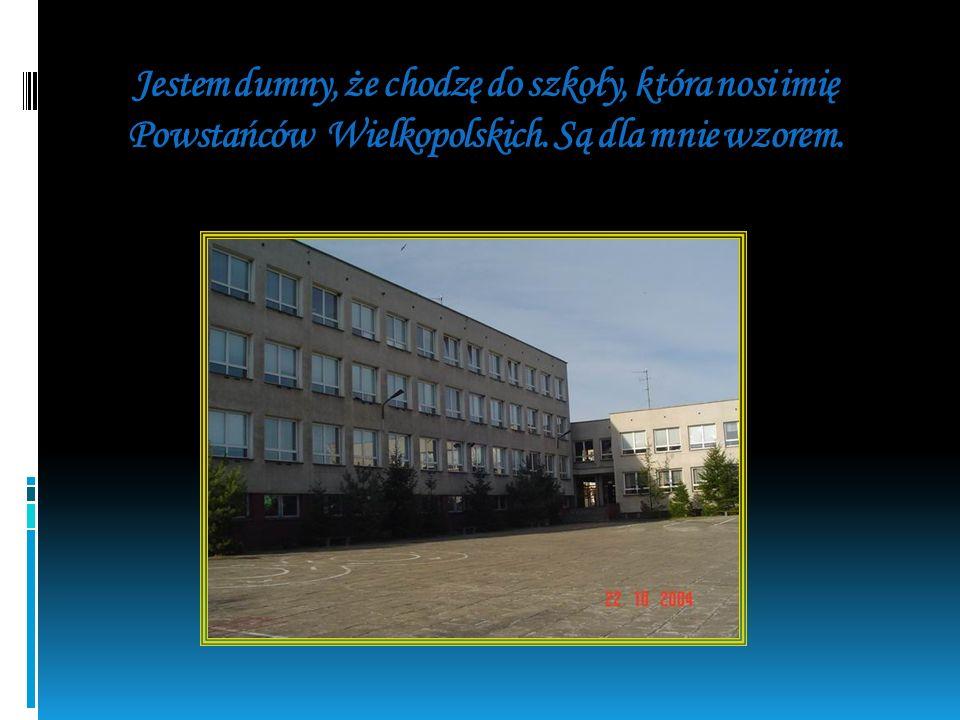 Oto pomnik Powstańców, stojący przed naszą szkołą, wykonany przez pniewianina p. Jerzego Sobocińskiego.