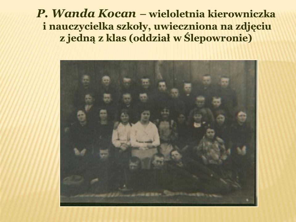 P. Wanda Kocan – wieloletnia kierowniczka i nauczycielka szkoły, uwieczniona na zdjęciu z jedną z klas (oddział w Ślepowronie)