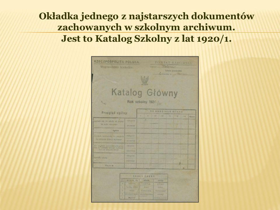 Okładka jednego z najstarszych dokumentów zachowanych w szkolnym archiwum. Jest to Katalog Szkolny z lat 1920/1.