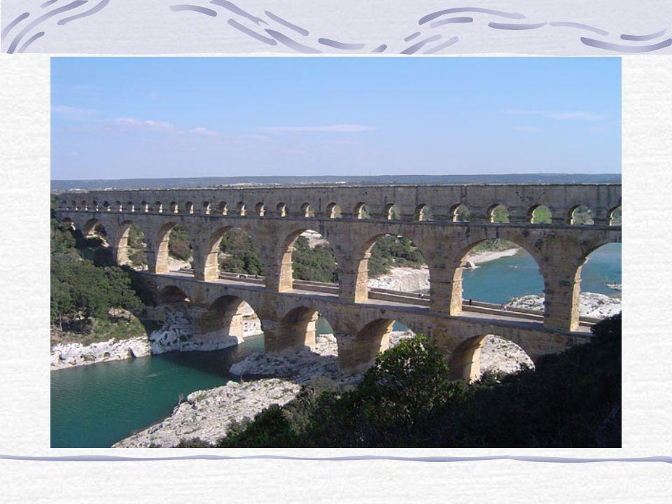 Akwedukt Pont-du-Gard Akwedukt Pont du Gard - to zachowany w dolinie rzeki Gardon odcinek zbudowanego przez Rzymian akweduktu prowadzącego wodę ze źró