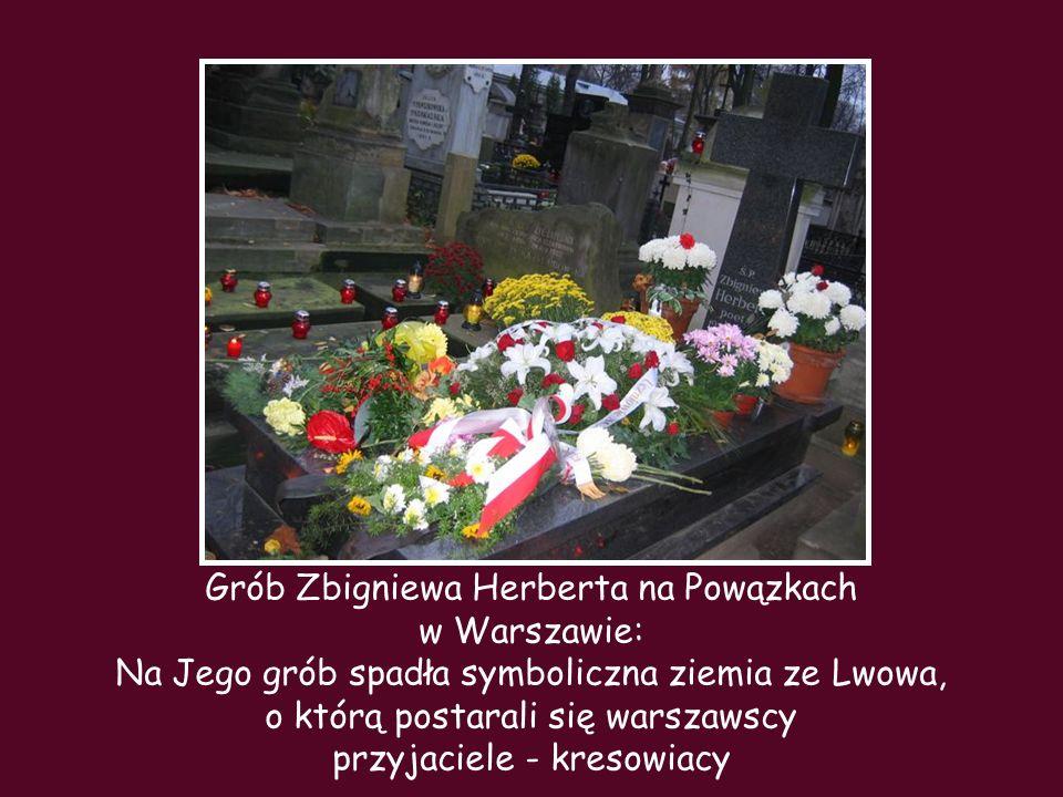 Grób Zbigniewa Herberta na Powązkach w Warszawie: Na Jego grób spadła symboliczna ziemia ze Lwowa, o którą postarali się warszawscy przyjaciele - kres