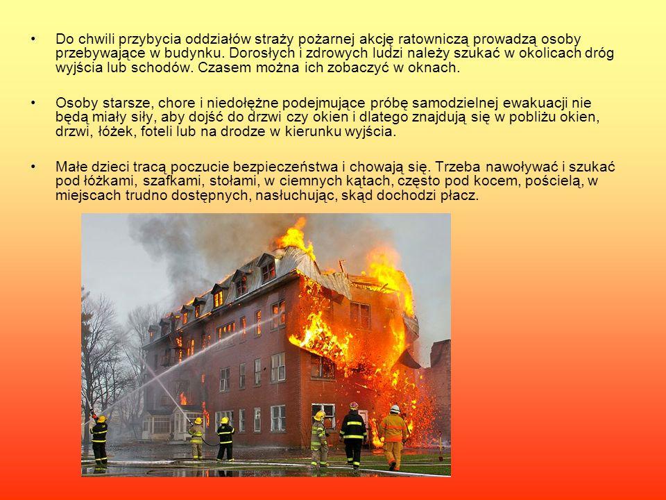 Do chwili przybycia oddziałów straży pożarnej akcję ratowniczą prowadzą osoby przebywające w budynku. Dorosłych i zdrowych ludzi należy szukać w okoli
