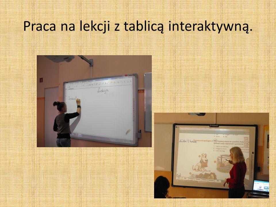 Praca na lekcji z tablicą interaktywną.