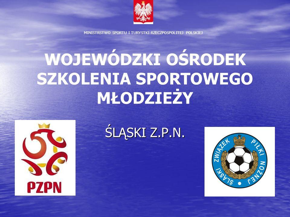 OSSM w Polsce 16 Ośrodków Szkolenia Sportowego Młodzieży (wojewódzkich, gimnazjalnych, po 1 w każdym województwie) 16 Ośrodków Szkolenia Sportowego Młodzieży (wojewódzkich, gimnazjalnych, po 1 w każdym województwie) 16 Licealnych Ośrodków Szkolenia Sportowego Młodzieży 16 Licealnych Ośrodków Szkolenia Sportowego Młodzieży Koncepcja OSSM powstała w Wydziale Szkolenia PZPN w grudniu 2003 roku Koncepcja OSSM powstała w Wydziale Szkolenia PZPN w grudniu 2003 roku Powstanie w 2004 roku Wojewódzkich Ośrodków Szkolenia Sportowego Młodzieży było efektem umowy między Ministrem Edukacji Narodowej i Sportu i Polskim Związkiem Piłki Nożnej – podmiotów, które podjęły się finansowania i nadzoru merytorycznego nad gimnazjami z klasami sportowymi o profilu piłki nożnej Powstanie w 2004 roku Wojewódzkich Ośrodków Szkolenia Sportowego Młodzieży było efektem umowy między Ministrem Edukacji Narodowej i Sportu i Polskim Związkiem Piłki Nożnej – podmiotów, które podjęły się finansowania i nadzoru merytorycznego nad gimnazjami z klasami sportowymi o profilu piłki nożnej W założeniu, najważniejszym celem realizowanym przez stworzenie klas piłkarskich jest wyszkolenie w okresie trzech lat wszechstronnego, uniwersalnego pod względem techniczno – taktycznym, motorycznym i wolicjonalnym piłkarza, który po dalszym szkoleniu w kategorii juniora przygotowany byłby do gry na poziomie ekstraklasy, I lub co najmniej II ligi.