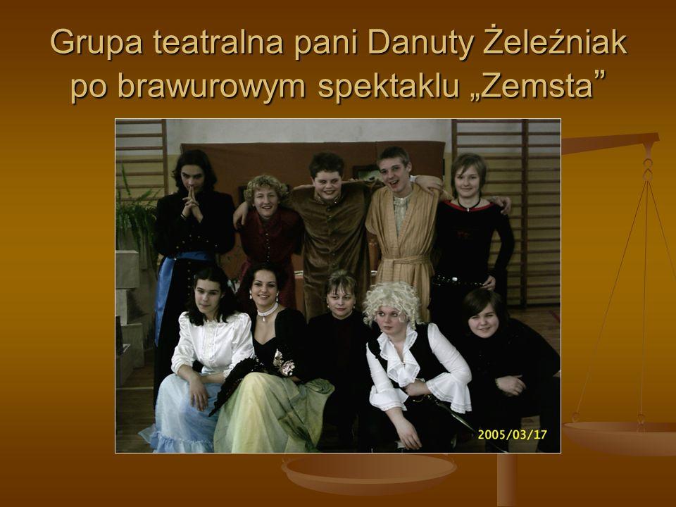Grupa teatralna pani Danuty Żeleźniak po brawurowym spektaklu Zemsta Grupa teatralna pani Danuty Żeleźniak po brawurowym spektaklu Zemsta