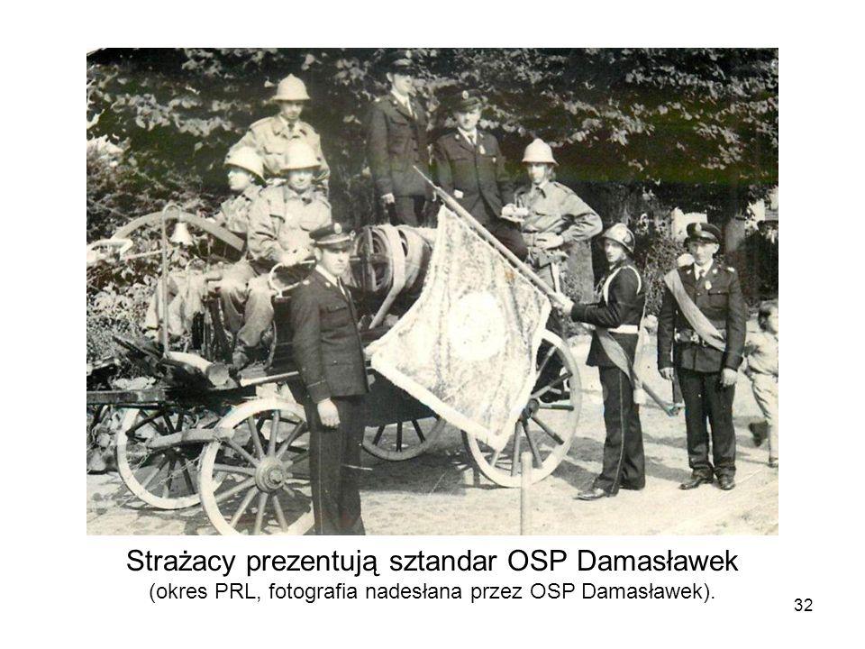 Strażacy prezentują sztandar OSP Damasławek (okres PRL, fotografia nadesłana przez OSP Damasławek). 32