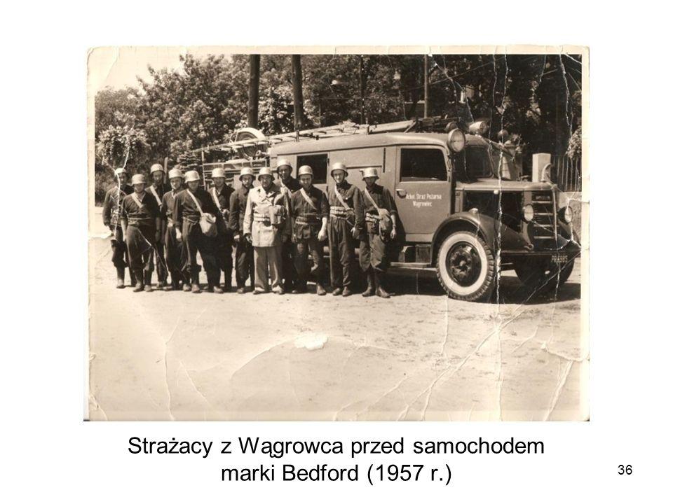 Strażacy z Wągrowca przed samochodem marki Bedford (1957 r.) 36