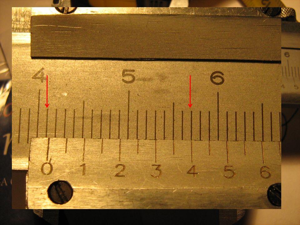 Wyznaczanie gęstości ciał stałych jako przykład opracowania wyników pomiarów wielkości obliczanej na podstawie kilku wielkości mierzonych bezpośrednio Wyniki pomiarów Masa wyznaczona za pomocą wagi jest równa: m = 119.4 g Niepewność pomiaru masy wynosi: m =0.1 g Rozmiary prostopadłościanu możemy zmierzyć za pomocą przymiaru lub suwmiarki.