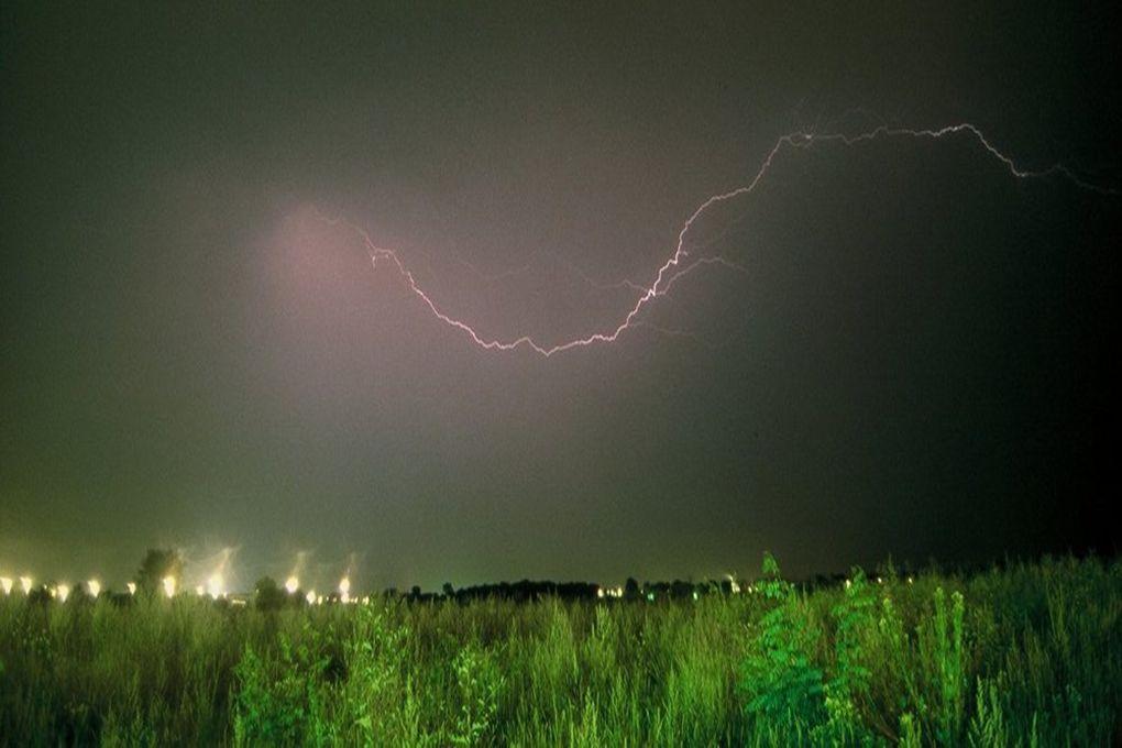 Pioruny w przyrodzie powstają w wyniku nagromadzenia się ładunków elektrycznych w chmurach.
