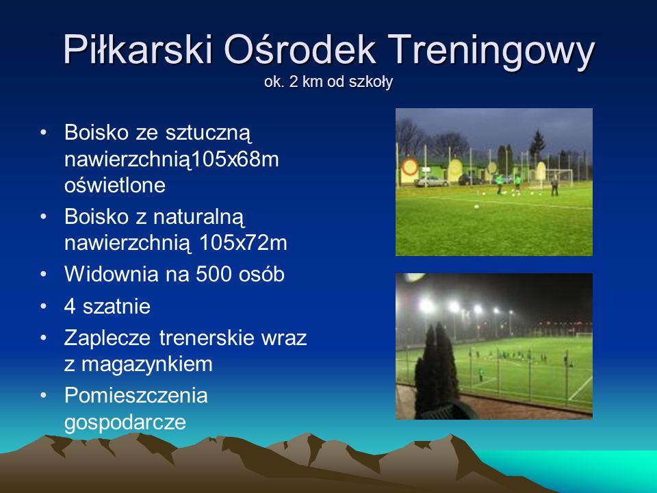 Piłkarski Ośrodek Treningowy ok. 2 km od szkoły Boisko ze sztuczną nawierzchnią105x68m oświetlone Boisko z naturalną nawierzchnią 105x72m Widownia na