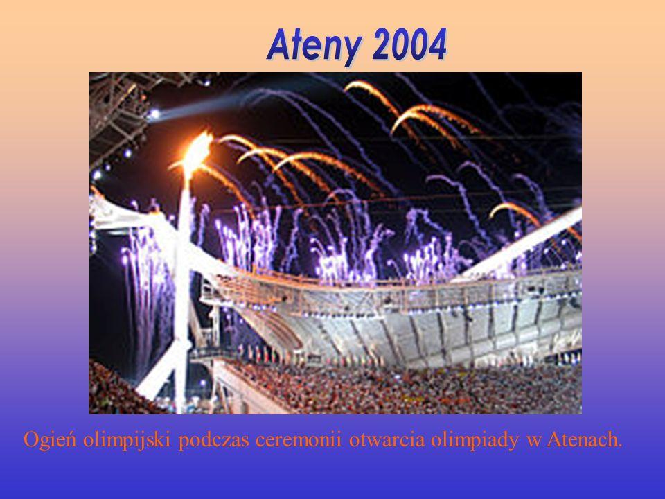 Ogień olimpijski podczas ceremonii otwarcia olimpiady w Atenach.