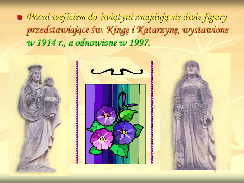 Przed wejściem do świątyni znajdują się dwie figury przedstawiające św. Kingę i Katarzynę, wystawione w 1914 r., a odnowione w 1997. Przed wejściem do