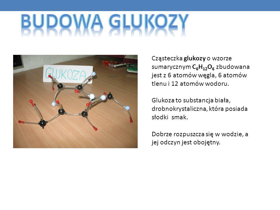 Cząsteczka glukozy o wzorze sumarycznym C 6 H 12 O 6 zbudowana jest z 6 atomów węgla, 6 atomów tlenu i 12 atomów wodoru. Glukoza to substancja biała,