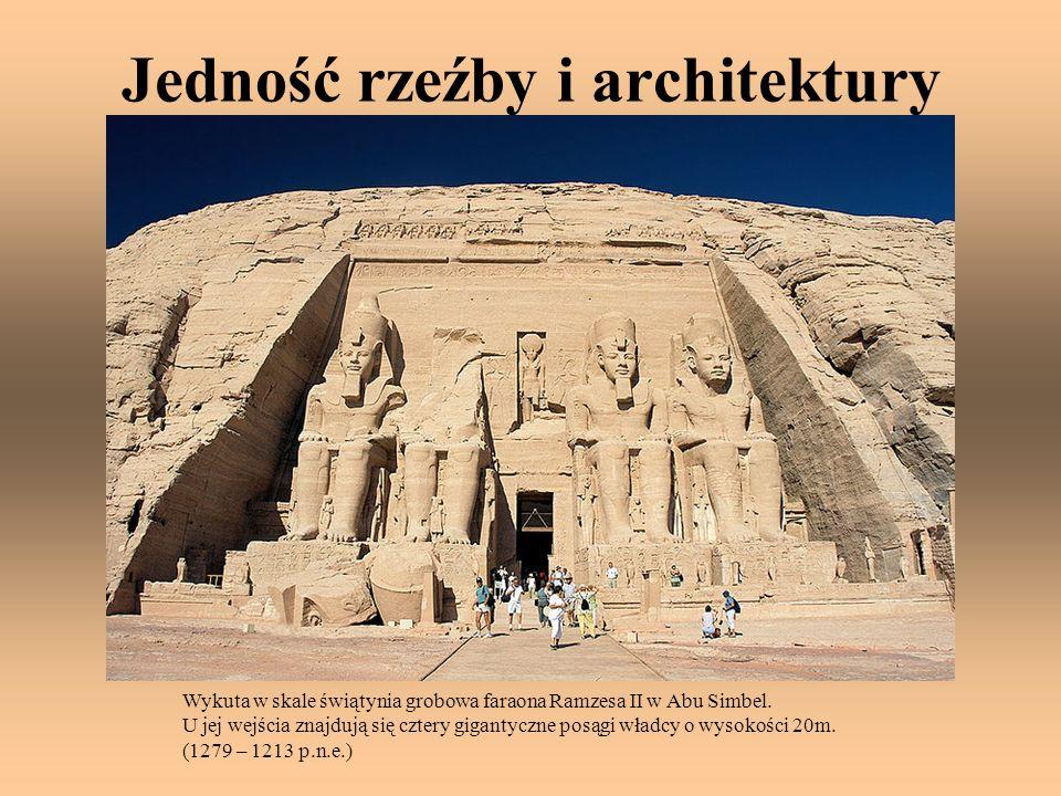 Jedność rzeźby i architektury Wykuta w skale świątynia grobowa faraona Ramzesa II w Abu Simbel. U jej wejścia znajdują się cztery gigantyczne posągi w