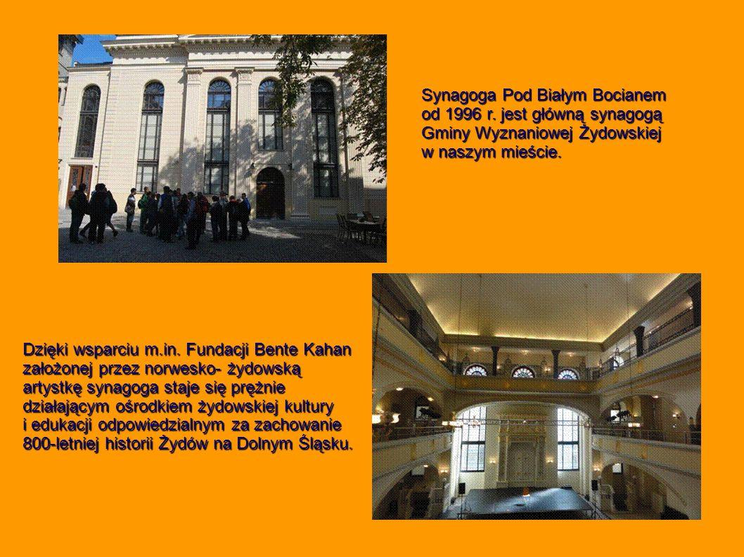 Synagoga Pod Białym Bocianem od 1996 r. jest główną synagogą Gminy Wyznaniowej Żydowskiej w naszym mieście. Dzięki wsparciu m.in. Fundacji Bente Kahan