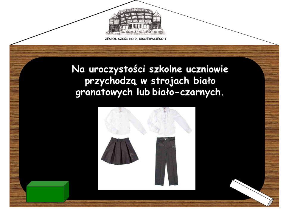Na uroczystości szkolne uczniowie przychodzą w strojach biało granatowych lub biało-czarnych.