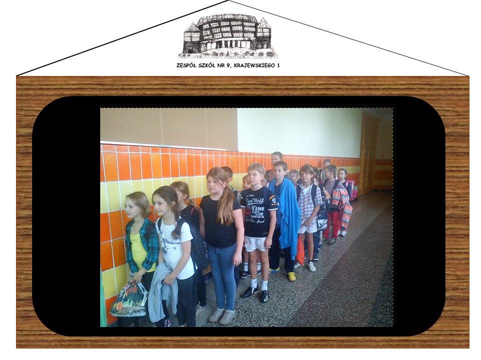 Każdy uczeń ma obowiązek posiadania przy sobie dzienniczka, który jest podstawowym dokumentem umożliwiającym kontakt szkoły z domem.