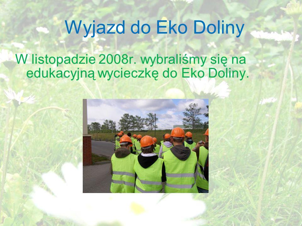 Sortowanie Odpady na hali spychane są przez długi taśmociąg i segregowane przez pracowników Eko doliny.