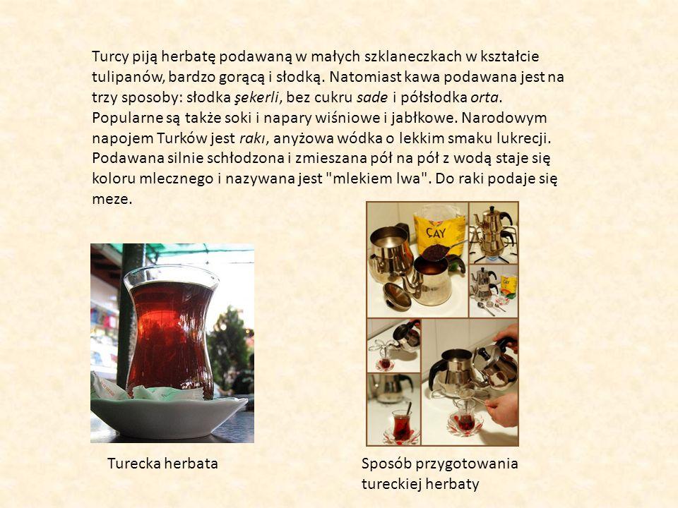 Turcy piją herbatę podawaną w małych szklaneczkach w kształcie tulipanów, bardzo gorącą i słodką. Natomiast kawa podawana jest na trzy sposoby: słodka