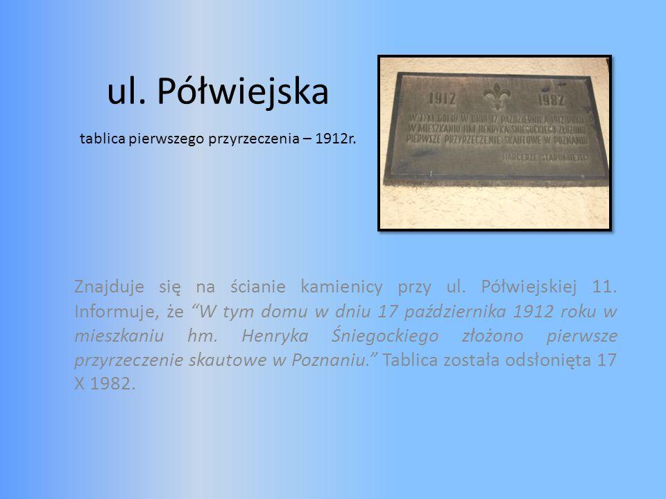 ul. Półwiejska Znajduje się na ścianie kamienicy przy ul. Półwiejskiej 11. Informuje, że W tym domu w dniu 17 października 1912 roku w mieszkaniu hm.