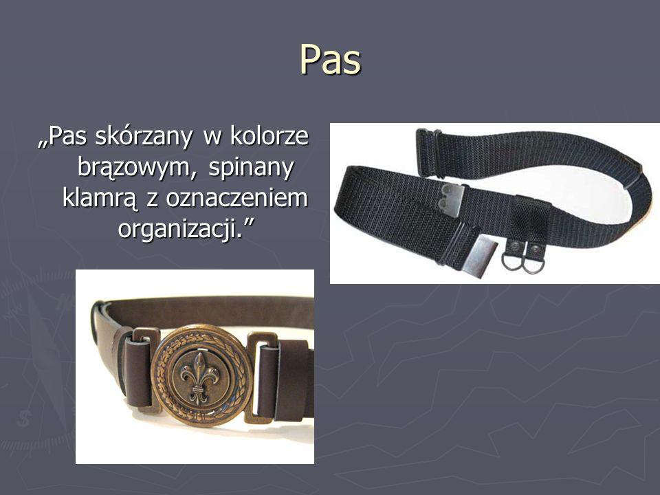 Pas Pas skórzany w kolorze brązowym, spinany klamrą z oznaczeniem organizacji.